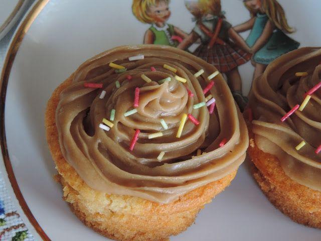Cupcakes con harina sin huevo decoradas con frosting de café