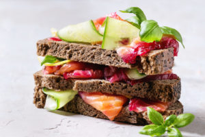 sandwich de remolacha y más verduras como calabacín junto con salmón