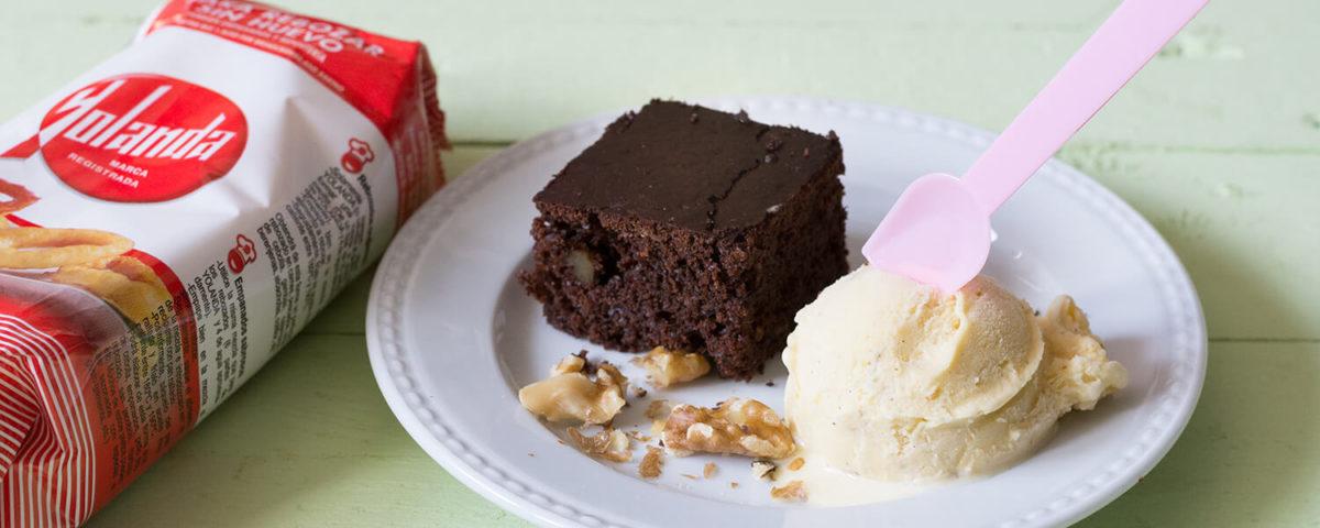 Brownie de chocolate sin huevo con helado